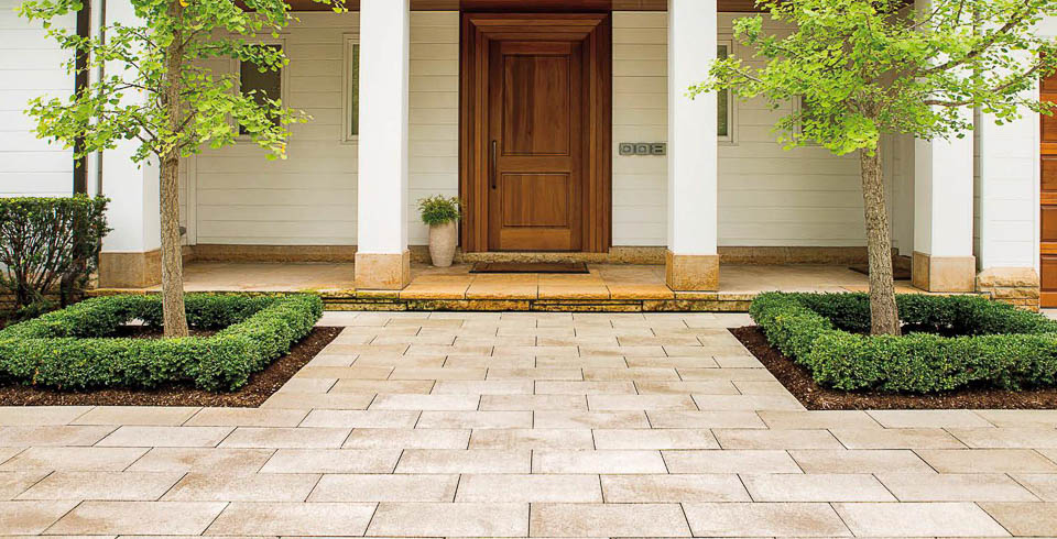 unilock's umbriano paver in summer wheat color